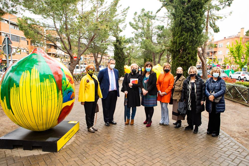 La alcaldesa inaugura la exposición Lemon Art
