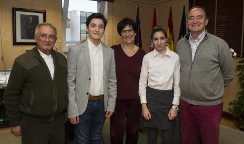 La alcaldesa con los deportistas del Club de Arqueros de Pozuelo